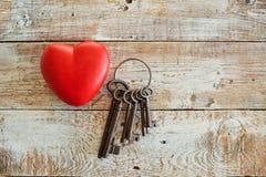Coeur et clés rouges sur un fond en bois Images libres de droits