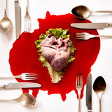 Coeur et couverts dans un amas sanguin Photo stock
