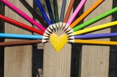 Coeur et crayons colorés Photo libre de droits