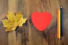 Coeur et crayons de papier de congé d'automne Image libre de droits