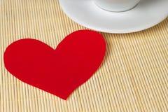 Coeur et cuvette de papier Photos stock