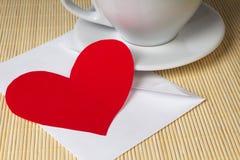 Coeur et cuvette de papier Photographie stock