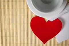 Coeur et cuvette de papier Images stock