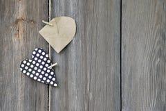 Coeur et enveloppe sur le fond en bois Déclaration de l'amour Photo stock