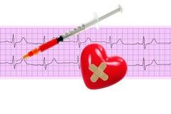 Coeur et et seringue au-dessus de graphique d'électrocardiogramme sur le blanc Photographie stock libre de droits