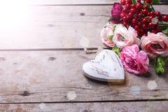 Coeur et fleurs décoratifs Photo stock