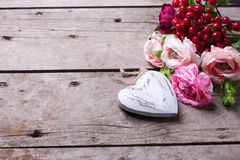 Coeur et fleurs décoratifs Photos stock