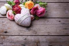 Coeur et fleurs décoratifs Photos libres de droits