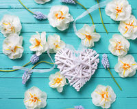 Coeur et fleurs décoratifs blancs Photo stock