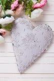 Coeur et fleurs décoratifs blancs dans des couleurs roses Image libre de droits