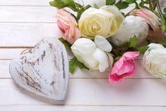 Coeur et fleurs décoratifs blancs dans des couleurs roses Image stock