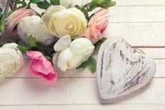 Coeur et fleurs décoratifs blancs dans des couleurs roses Photos libres de droits