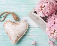 Coeur et fleurs décoratifs de fond Images libres de droits