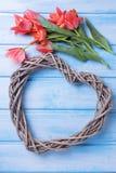 Coeur et fleurs décoratifs sur le fond en bois Photographie stock