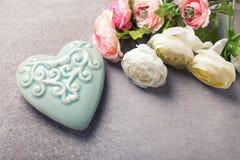 Coeur et fleurs décoratifs sur le fond gris d'ardoise Photographie stock libre de droits