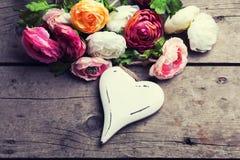 Coeur et fleurs en bois blancs décoratifs Photo stock