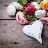 Coeur et fleurs en bois blancs décoratifs Image stock