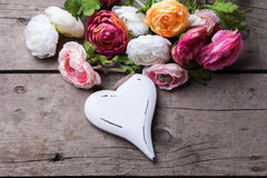 Coeur et fleurs en bois blancs décoratifs Photos stock