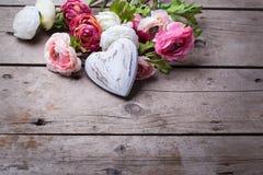 Coeur et fleurs en bois blancs décoratifs Photographie stock