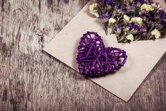 Coeur et fleurs en osier dans l'enveloppe Concept romantique Photographie stock libre de droits