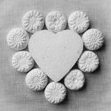 Coeur et fleurs faits en mache de papier sur un fond de tissu Image stock