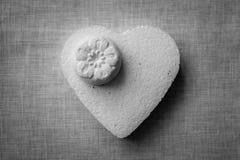 Coeur et fleurs faits en mache de papier sur un fond de tissu Photos libres de droits