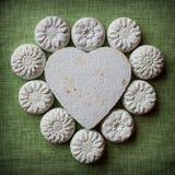 Coeur et fleurs faits en mache de papier sur un fond de tissu Photo stock