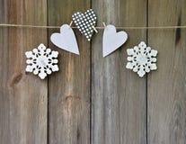 Coeur et flocons de neige faits main sur le vieux fond en bois Concentré Images stock