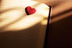 Coeur et fond faisant le coin d'ombres d'amour de carnet Image libre de droits