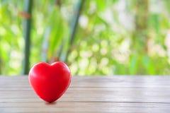 Coeur et fond rouges photographie stock libre de droits