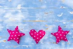 Coeur et frontière d'étoiles sur le fond en bois bleu-clair avec l'espace de copie Photo libre de droits