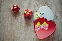 Coeur et giftbox rouges pour tout événement d'amour Photo stock