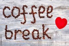 Coeur et grains de café rouges Image stock
