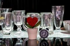 Coeur et horloge avec de divers verres Images stock