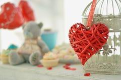 Coeur et la cage à oiseaux Fond de cru Concept de romance d'amour Photographie stock