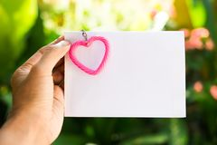 coeur et main roses avec le papier blanc pour la texture pour la valentine et le x27 ; jour de s Concept d'amour Photo stock