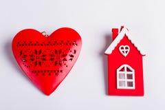 Coeur et maison en bois rouges Photos stock