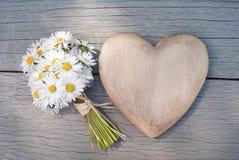 Coeur et marguerites Photographie stock libre de droits