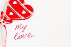 Coeur et notes en bois mon amour sur le Tableau rustique léger Photographie stock