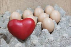 Coeur et oeufs sur le panneau de papier Photographie stock
