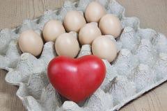 Coeur et oeufs sur le papier Photo stock