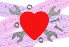 Coeur et outils au-dessus de graphique d'électrocardiogramme Concept : Renovatio Photos stock