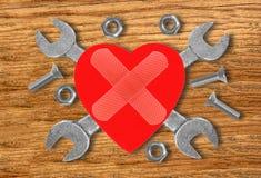 Coeur et outils Concept : Rénovation de coeur au-dessus d'en bois Photographie stock