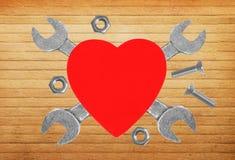 Coeur et outils Concept : Rénovation de coeur Au-dessus du backg en bois Photo stock
