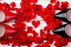 Coeur et pétales de rose rouges Image stock