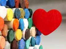 Coeur et pastels secs colorés étroitement Photographie stock libre de droits