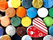 Coeur et pastels secs colorés étroitement Images stock