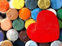 Coeur et pastels secs colorés étroitement Images libres de droits