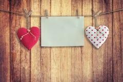 Coeur et pose de papier peint sur le fond et la texture en bois, vintage Photo libre de droits