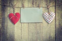 Coeur et pose de papier peint sur le fond et la texture en bois, vintage Photographie stock